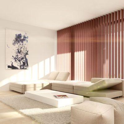 Helles Wohnzimmer mit rot-braunen Jalousien
