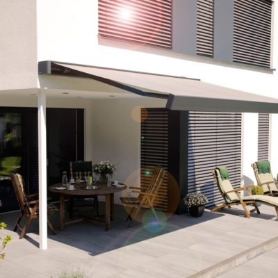 Terrasse mit einer Sitzecke und einer Markise zur Beschattung